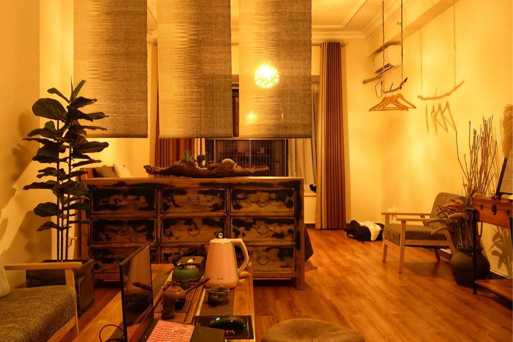 salon rustico oriental con muebles viejos
