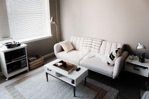 salon vintage blanco con tocadiscos y alfombra