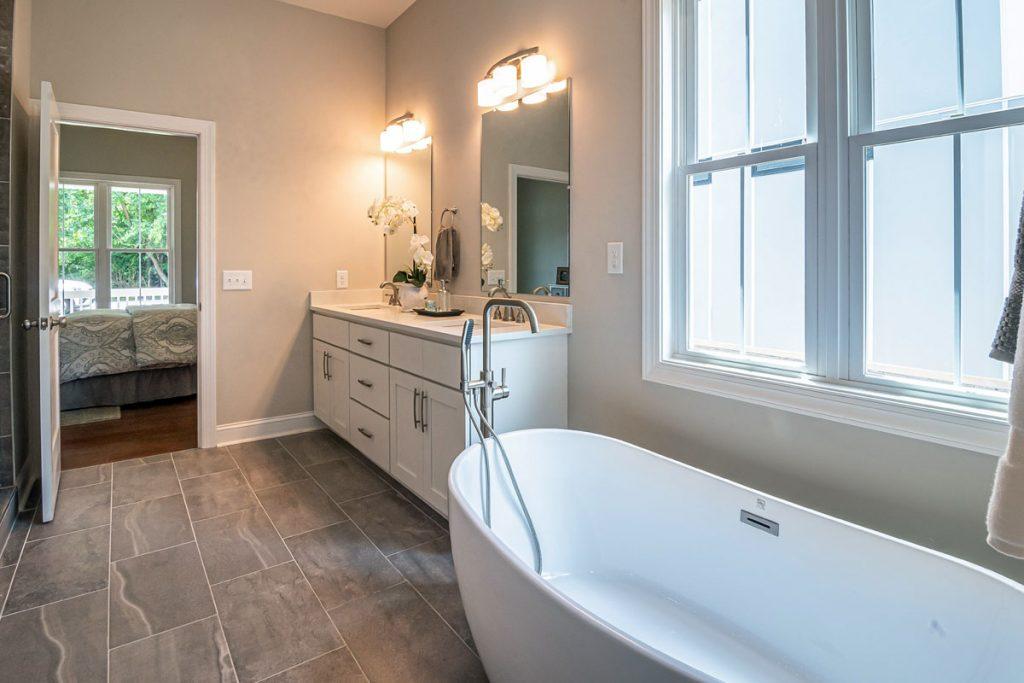 cuarto de baño de estilo eclectico con decoracion nordica y clasica