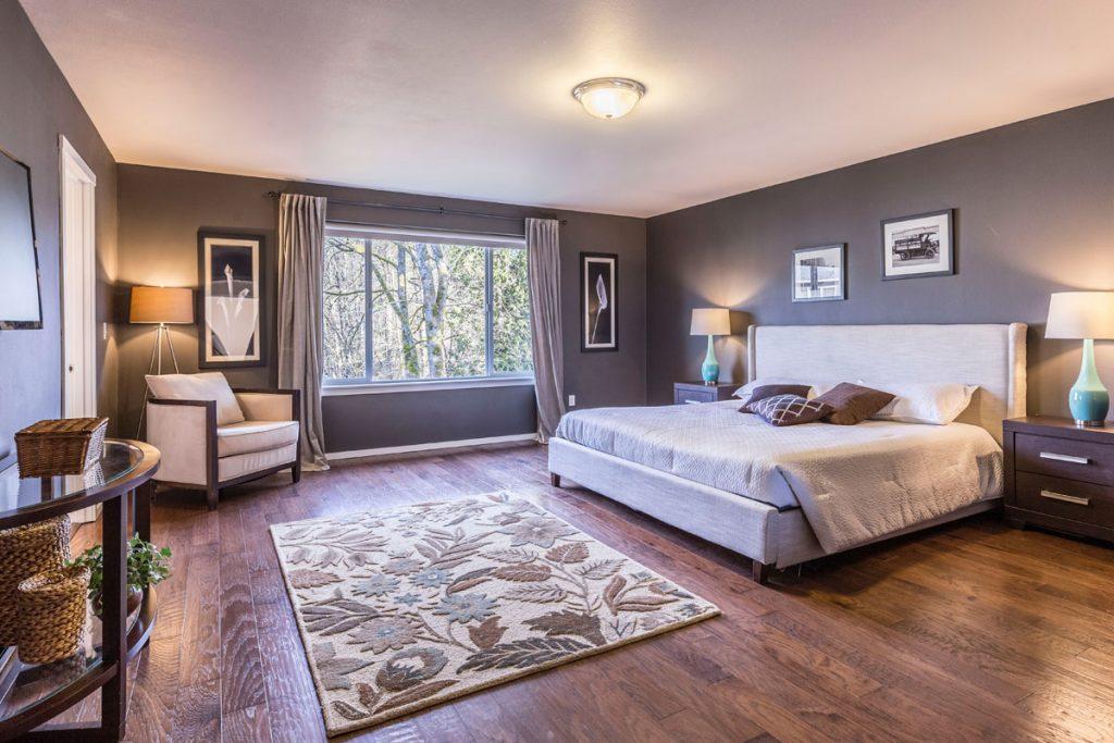 dormitorio eclectico amplio y luminoso con suelo de madera