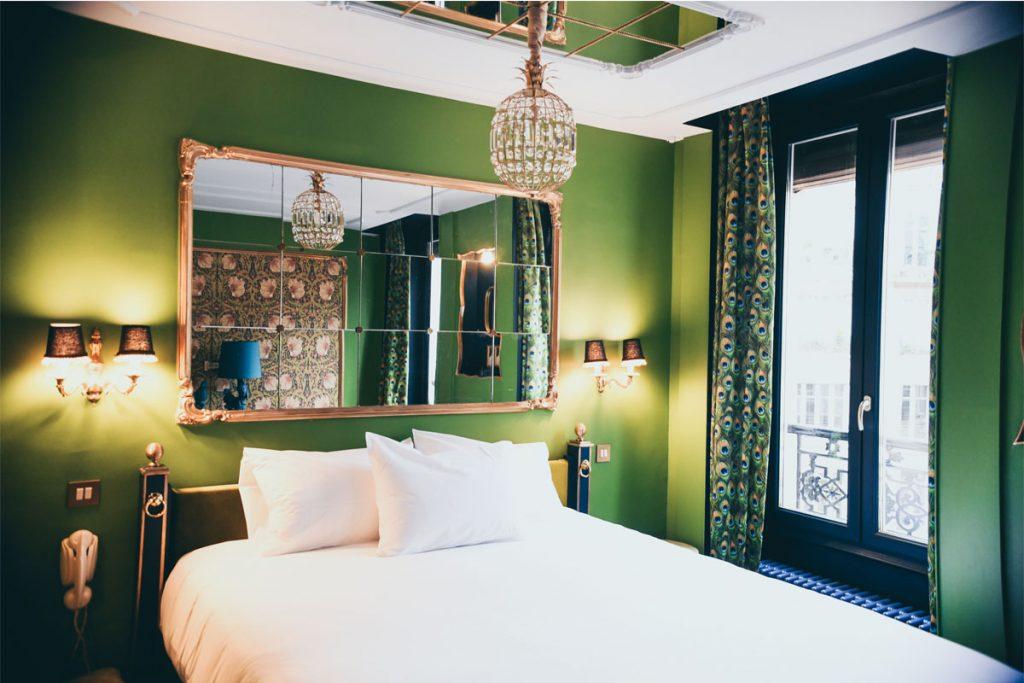 dormitorio eclectico estilo etnico con paredes verdes