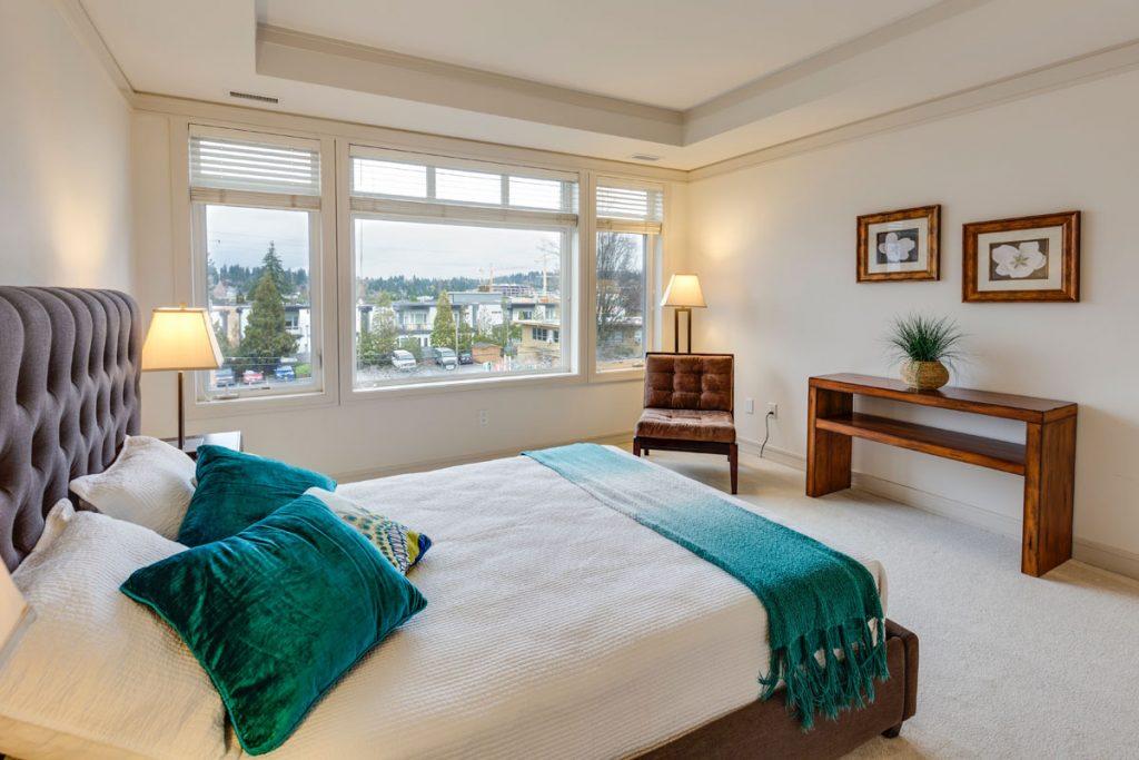 dormitorio eclectico minimalista con mucha luz natural