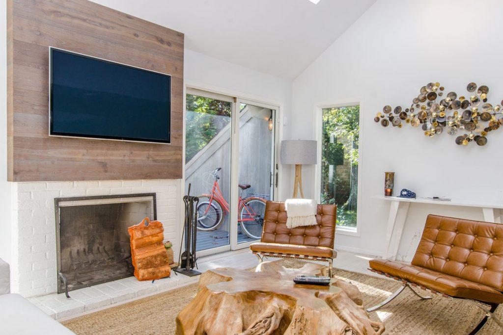 sala de estar de estilo eclectico rustico vintage con muebles de madera y cuero y una chimenea